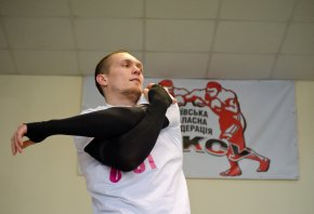 Usyk stretches and warms up