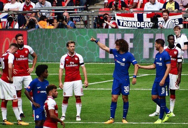 Chelsea defends against Arsenal.