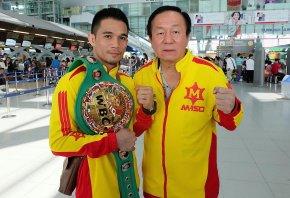 Srisaket Sor Rungvisai with his coach