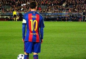 Messi prepares a spot kick against PSG.