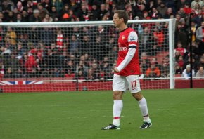 Nacho Monreal in front of goal.