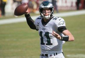 Eagles QB Carson Wentz throwing a pass.